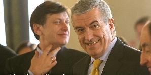 Crin Antonescu şi Călin Popescu Tăriceanu, doi lideri PNL ce zâmbesc în direcţii politice diferite