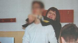 O profesoară a fost fotografiată în timp ce pipăia un elev