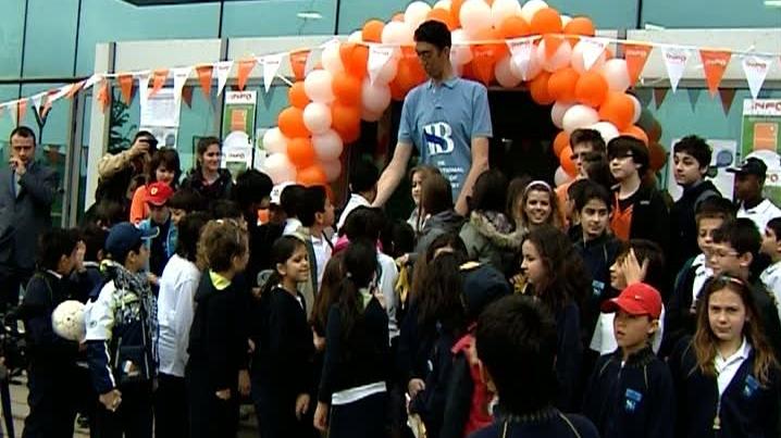 Cel mai înalt om din lume, de 2,49 m, a venit la Bucureşti