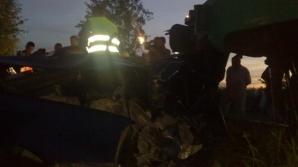 Maşină zdrobită de tren în Timiş: un mort şi un rănit grav