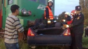 Maşină izbită de tren şi târâtă 100 de metri