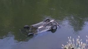 Maşina a derapat pe carosabilul umed şi a plonjat în râul Mureş