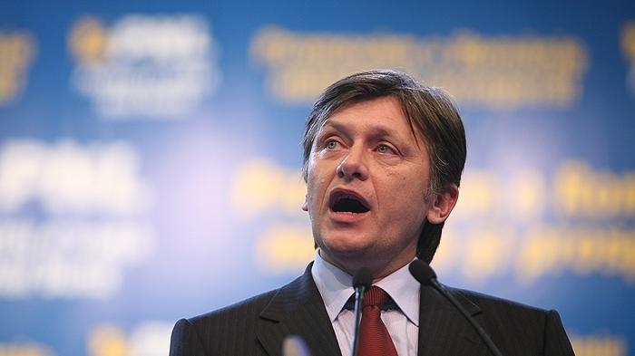 Antonescu spune că Băsescu e un dictator