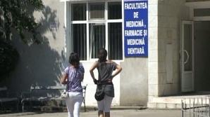 Deşi erau angajaţi la Bucureşti, bugetarii au făcut facultatea de medicină la Arad