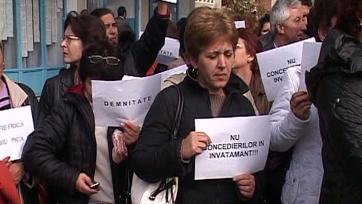 Profesorii din Liceul Dinu Lipati, Piteşti, protestează pentru a patra zi