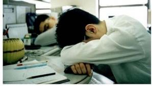 Cei care dorm puțin noaptea au toate șansele să moțăie la locul de muncă a doua zi