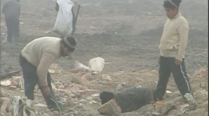 Zeci de persoane scormonesc după fier vechi prin ruinele fostei fabrici Timpuri Noi