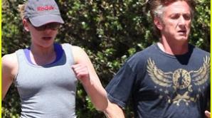 Sean Penn şi frumoasa Scarlett Johansson au fost surprinşi la jogging / Foto: buzznet.com