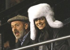 Semnatarul documentarului, actorul Keith Allen, este tatal cantaretei Lily Allen