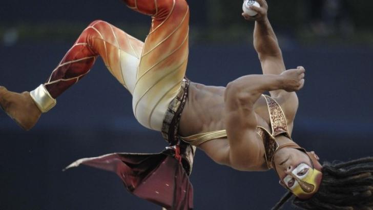 Showman-ul de la Cirque Du Soleil a sărit spectaculos înainte de a arunca / Foto: AP