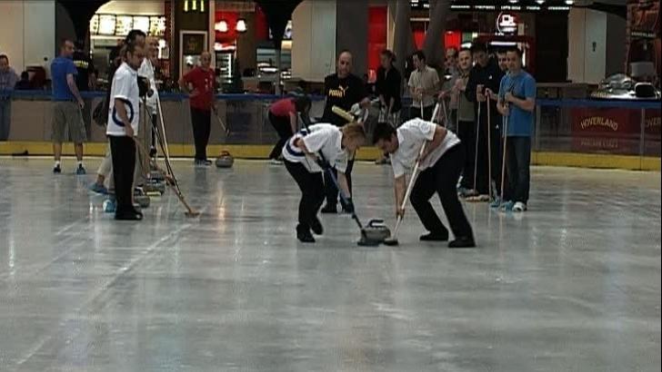 Bucureştenii au practicat curling-ul într-un mall din Capitală