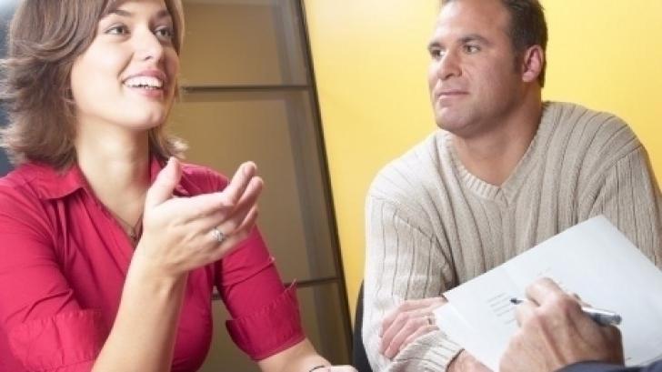 Evită discuţiile prea familiare în timpul interviului de angajare, păstrează tonul profesional