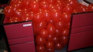 Biroul plin de baloane roşii