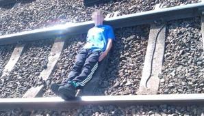 Şocant: S-a fotografiat întins pe linia ferată şi a pus poza pe Facebook