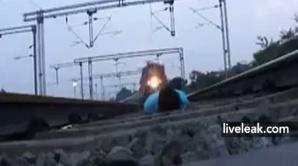 Un tănăr din India s-a întins pe calea ferată şi a aşteptat ca trenul să treacă peste el
