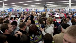Zeci de oameni se îngrămădesc să cumpere jocuri video