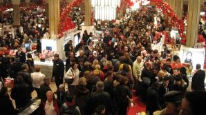Cumpărătorii sunt aşteptaţi în magazine încă de joi