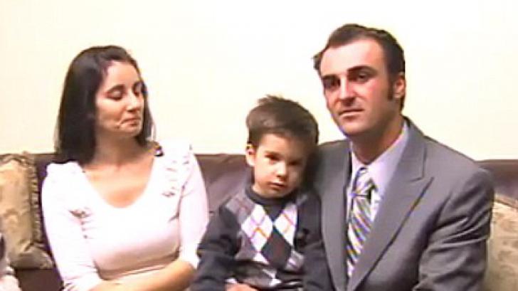 Caleb Teodorescu şi părinţii săi, Mihaela şi Ovy