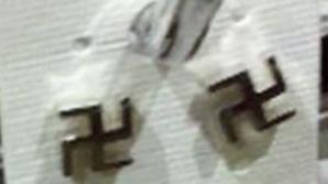 Proprietarul spune că cerceii sunt un simbol al religiei din India.