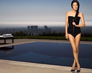 Vera Wang în costum de baie la 62 de ani