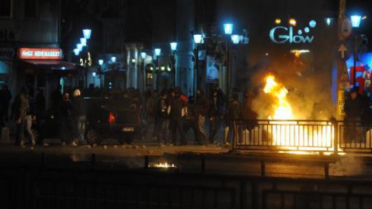 Manifestanţii au dat foc mai multor obiecte. Jandarmii intervin cu tunuri cu apă