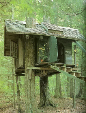 Casa din copac nu este doar un vis din copilărie. Poate fi o locuinţă de vară cât se poate de romantică