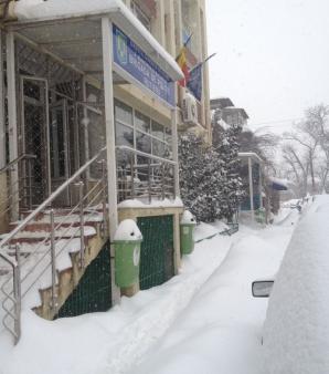 Trotuarul din faţa Brigăzii de Poliţie Rutieră Bucureşti, strada Logofăt Udrişte. La Cluj, pentru un astfel de trotuar, o fundaţie în care lucrează persoane cu handicap a primit amendă