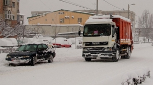 DN 2, deschis doar pentru cazurile de urgenţă şi autoturismele blocate pe drum