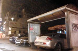 Nu te plouă, nu te ninge: Maşină cu numere de Bucureşti, parcată într-o staţie autobuz din Galaţi