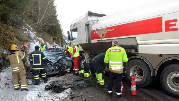 Automobilul condus de o romanca pe un drum din Norvegia a fost strivit de un TIR. Femeia a murit pe loc, iar fiica sa în vârstă de 2 luni este în stare foarte gravă, într-un spital din Trondheim