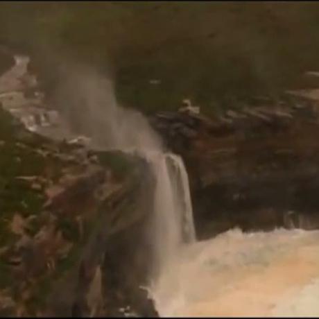 În Australia, o cascadă a curs invers, din cauza vântului puternic