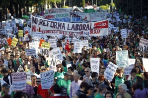 Mii de profesori, elevi şi părinţi au protestat faţă de reducerile bugetare