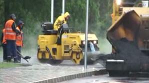 VIDEO. Motivul pentru care drumurile noastre nu rezistă. Iată cum este asfaltat un drum din Bihor