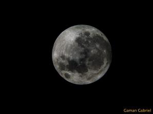Superluna 2012, fotografiată de pasionatul de astofotografie Gabriel Găman, cu un telescop Dobson SkyWatcher de 8 inch, ocular Plossl 32mm, filtru ND 0.9 Moon şi cameră BenQ DC C740