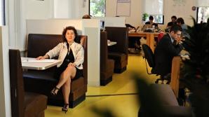 Barrie Berg, şefa firmei americane What If, a introdus banchete de cafenea în biroul din Manhattan
