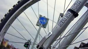 Impact violent între un TIR şi o bicicletă
