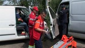 Patru persoane au fost rănite după ce două autoturisme s-au ciocnit frontal