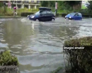 Din cauza unei ploi torenţiale, o stradă principală din Cluj-Napoca a fost inundată