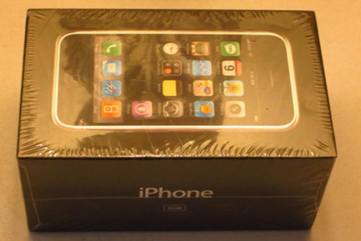 Primul model de iPhone, aflat în ţiplă, se vinde pe eBay cu 10.000 de dolari