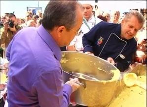Emil Boc a ajutat la pregătirea mămăligii