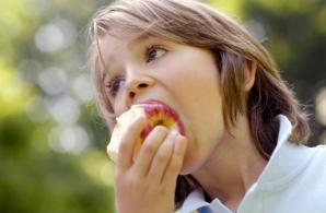 Cei de la clasa pregătitoare vor primi fructe gratuit
