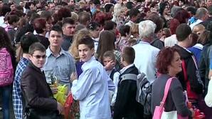 Peste 10.000 de elevi din Bucureşti, potrivit estimărilor Jandarmeriei, s-au adunat, sâmbătă după-amiază, în faţa Sălii Palatului