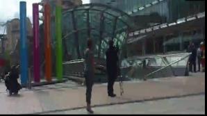 Un român îşi strigă nemulţumirile din ţară într-o gară din Bruxelles