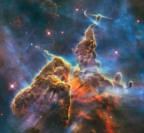 O vedere către Mystic Mountain, o coloană uriaşă de gaz, atrasă de radiaţia stelele din apropiere