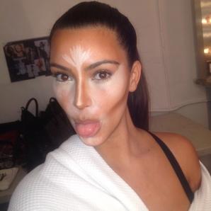 Kim Kardashian a postat pe Twitter imagini cu ea în timp ce e machiată şi retuşată