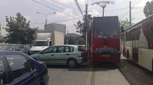 O maşină a Ambasadei Libiei a intrat într-un refugiu de tramvai din Capitală