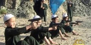 Copii de 5 ani cu arma în mână