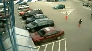 Femeia a fost suprinsă de camerele de filmat instalate în exteriorul hypermarketului