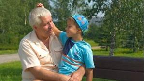 Copiii cu părinţii la muncă în afara ţării sunt crecuţi de bunici