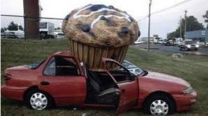 """ACCIDENTE INCREDIBILE: Maşini strivite de obiecte căzute """"din cer"""""""